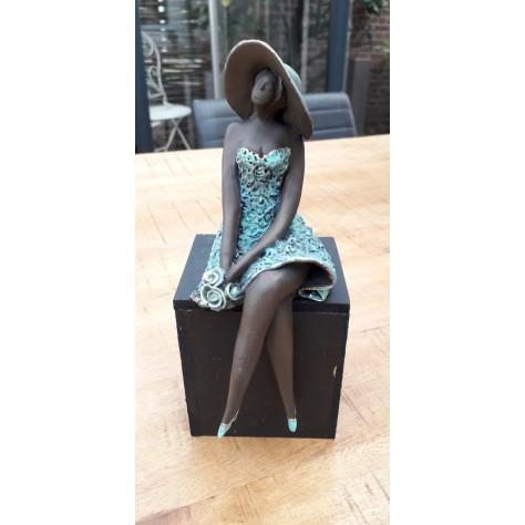 Beautiful lady incl. houten sokkeltje