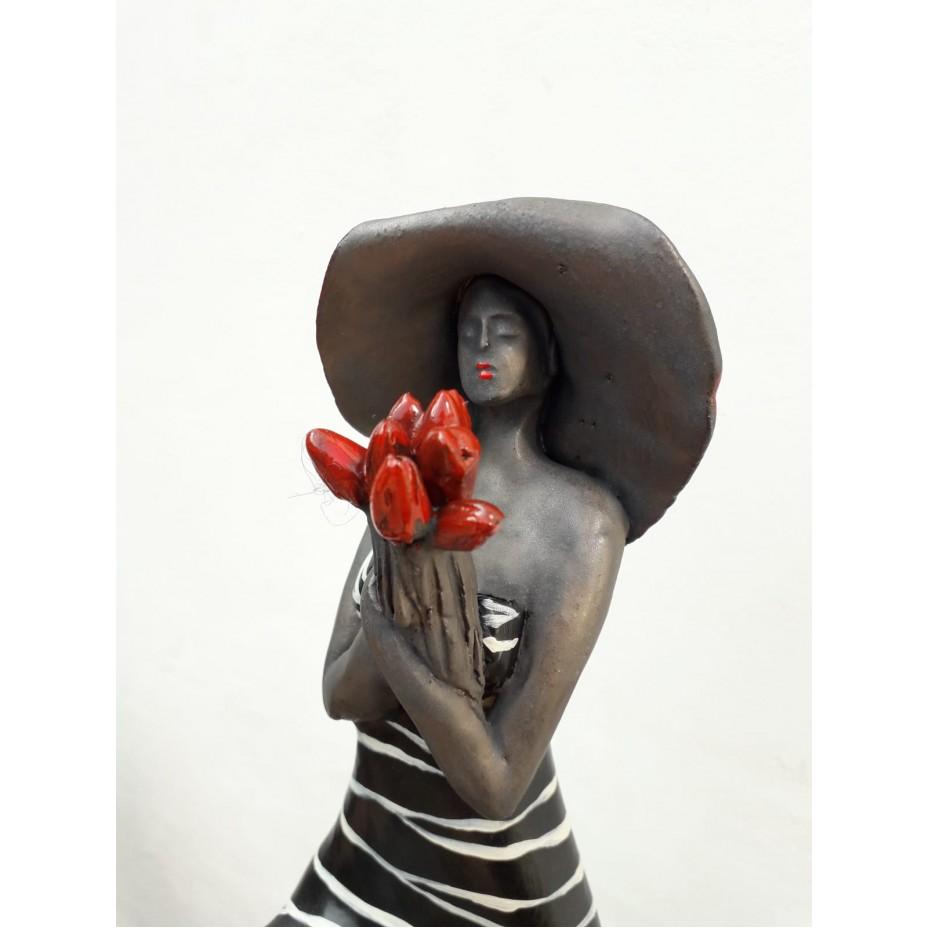 Vrouw met tulpen incl. houten sokkel
